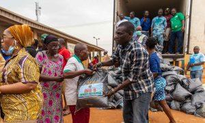 Lagoso miesto Nigerijoje valdžios atstovai dalina gyventojams maisto davinius, šaliai kovojant su koronaviruso pandemija. Nuotrauka: Ibeabuchi Benson Ugochukwu/AFP via Getty Image