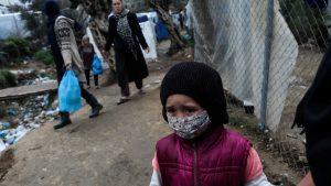 Mergaitė laikinojoje pabėgėlių ir migrantų stovykloje šalia Moria stovyklos Lesbos saloje, Graikijoje. Nuotrauka: Vatican News